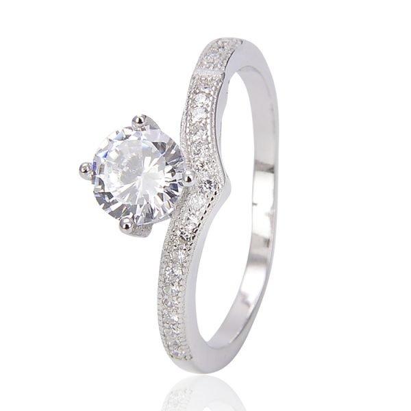 """Двоен сребърен пръстен """"Споделена Любов"""" с кубичен цирконий - самостоятелна снимка на едната част от пръстена, фокус върху камъка"""