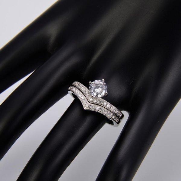 """Двоен сребърен пръстен """"Споделена Любов"""" с кубичен цирконий върху ръката на манекен"""