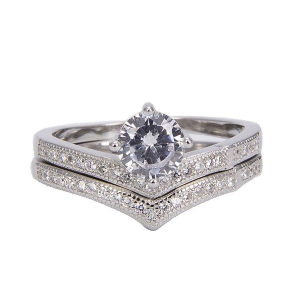 """Двоен сребърен пръстен """"Споделена Любов"""" с кубичен цирконий - фронтален кадър с фокус върху камъка"""