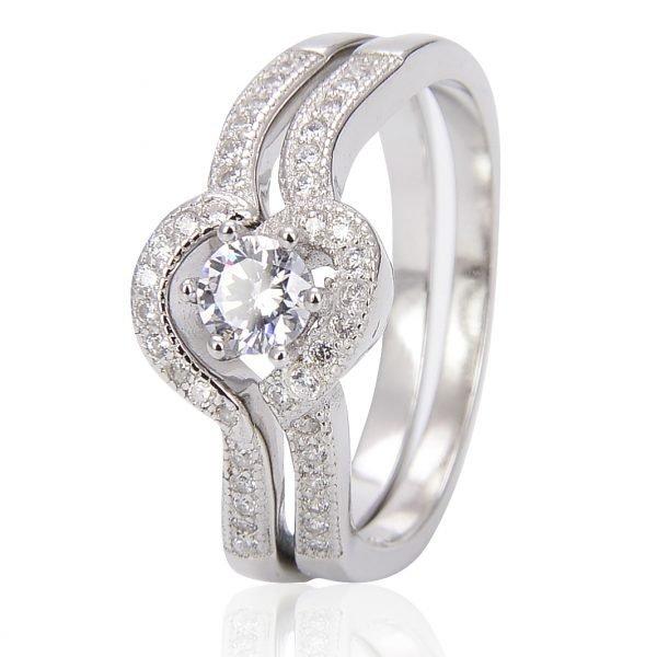 """Двоен сребърен пръстен """"Завинаги Заедно"""" с кубичен цирконий - фронтална снимка с фокус върху камъните на двете части от пръстена"""