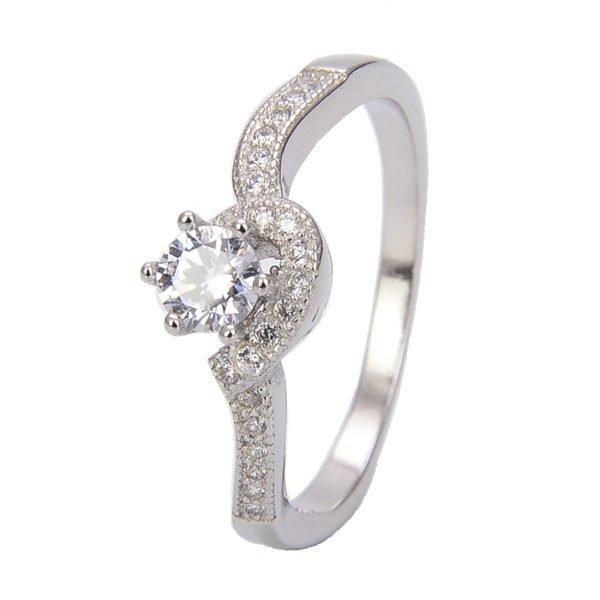"""Двоен сребърен пръстен """"Завинаги Заедно"""" с кубичен цирконий - фронтална снимка с фокус върху камъните на едната част от пръстена"""