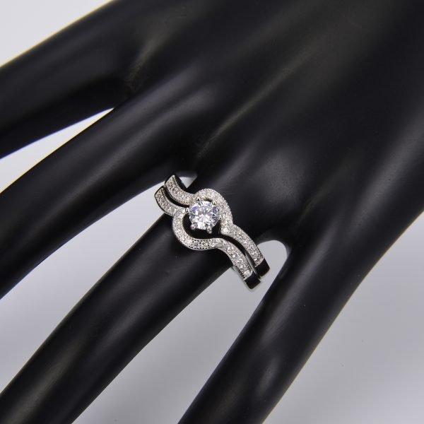 """Двоен сребърен пръстен """"Завинаги Заедно"""" с кубичен цирконий върху ръката на манекен"""