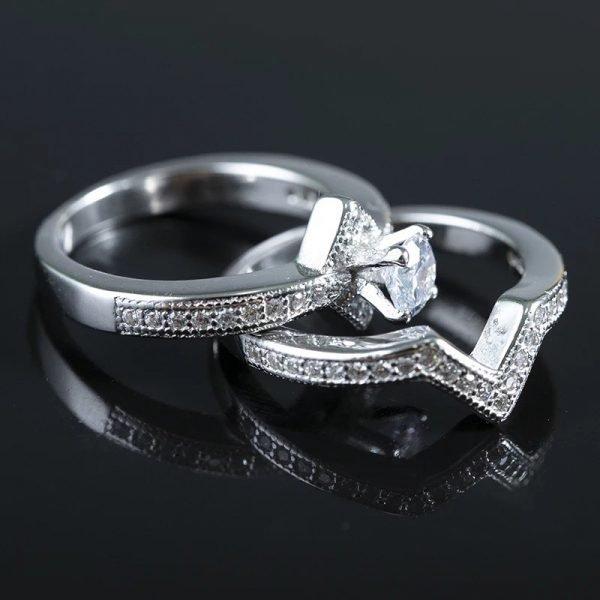 двоен сребърен пръстен с кубичен цирконий на черен фон сниман на две отделни части