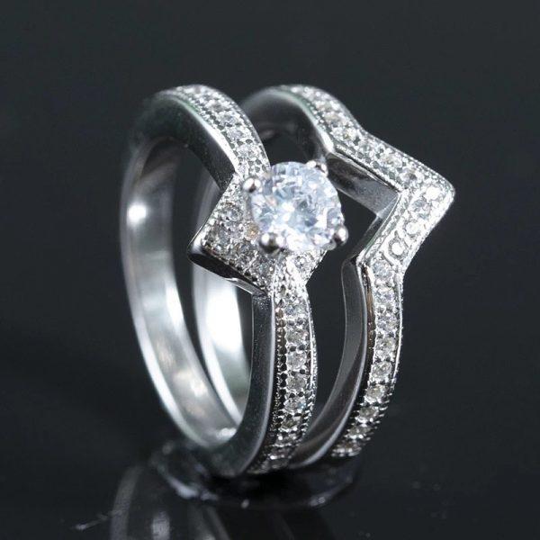 двоен сребърен пръстен с кубичен цирконий на черен фон снимани двете части една до друга