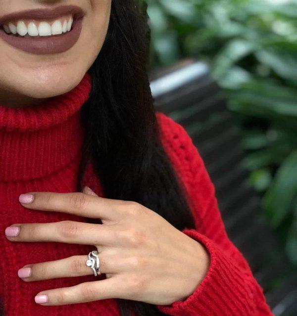 двоен сребърен пръстен с кубичен цирконий сниман на женска ръка