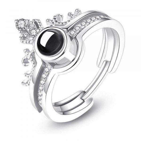 сребърен пръстен с послание обичам те на 100 езика сниман на бял фон