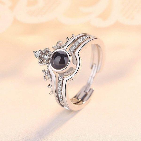 сребърният пръстен безгранична любов сниман под ъгъл