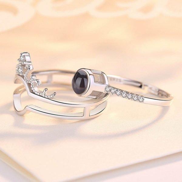 сребърният пръстен безгранична любов с надпис обичам те на 100 различни езика сниман на две отделни части отстрани
