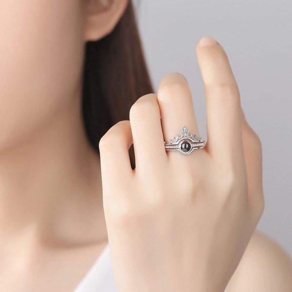 сребърен пръстен обичам те на 100 езика сниман върху истинска жена модел