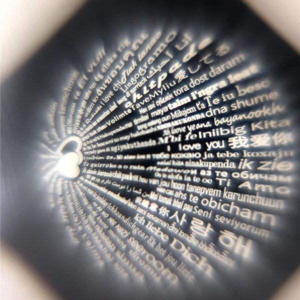 надписът който се вижда от кристала на сребърен пръстен безгранична любов обичам те на 100 езика