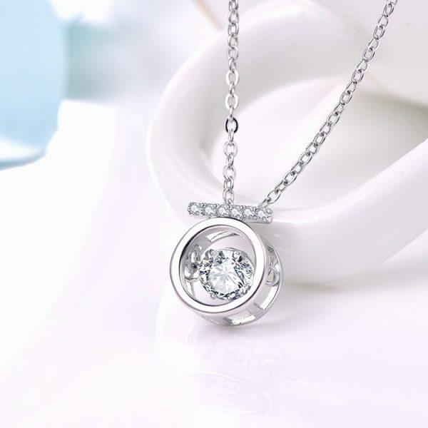 """Сребърно колие """"Блясък"""" с кръгъл медалъон и камък от кубичен цирконий"""