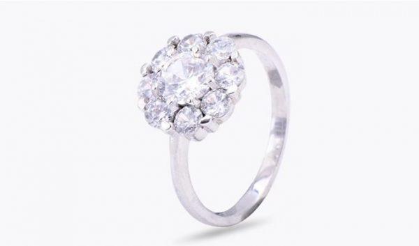 пръстен от сребро 925 и камъни от кубичен цирконий на цена от 32 лева