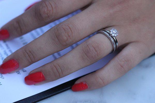 двоен сребърен пръстен с кубичен цирконий на женска ръка