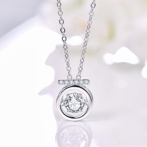 """сребърно колие """"Блясък"""" с кръгъл медалъон и камък от кубичен цирконий на цена от 43лв"""