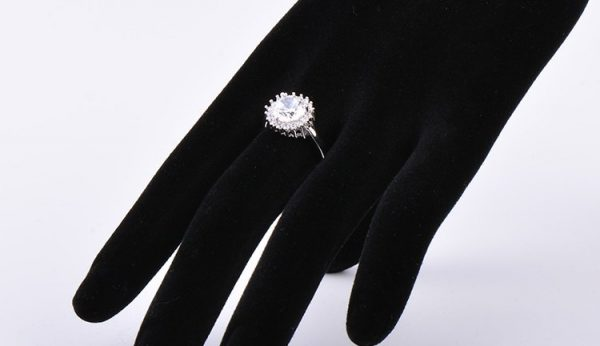 сребърен пръстен с камък от кубичен цирконий поставен върху изкуствен манекен на цена от 33 лева