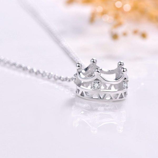 сребърно колие с класическа верижка и талисман корона с камъчета кубичен цирконий по нейната обиколка