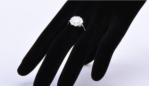 женски пръстен с кубичен цирконий от сребро върху ръка на манекен на цена от 32 лева