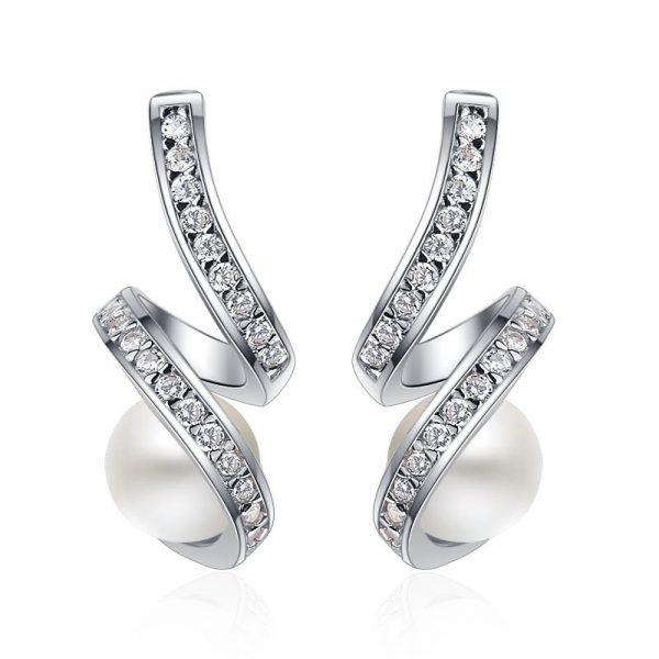 сребърни обеци с камъни от кубичен цирконий и сладководни перли на цена от четиридесет и два лева и тегло два грама от сребърна бижутерия силенти