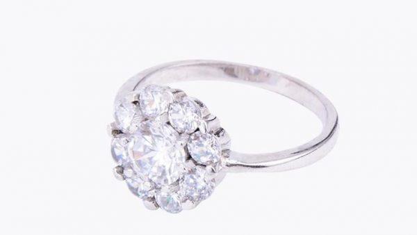 сребърен пръстен с кубичен цирконий сниман отстрани на цена от тридесет и два лева