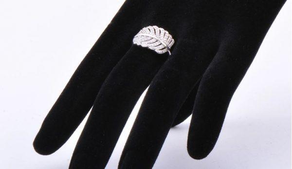 сребърен пръстен с листо върху манекен