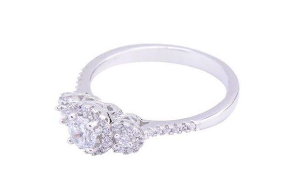 сребърен пръстен с камък от кубичен цирконий сниман отстрани на цена от тридесет и три лева от бижутерия силенти