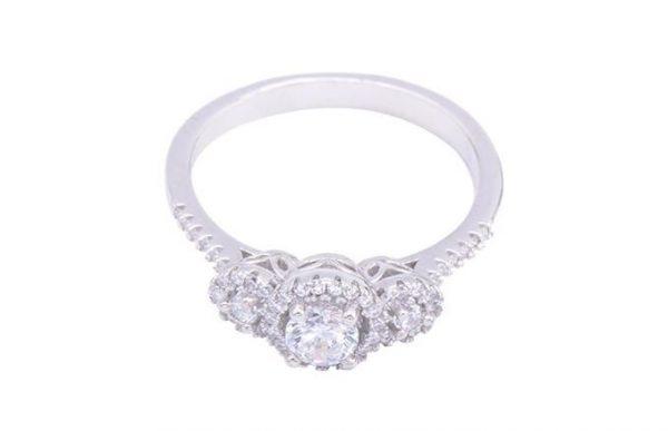 сребърен пръстен с камък от кубичен цирконий сниман отгоре на цена от 33 лева