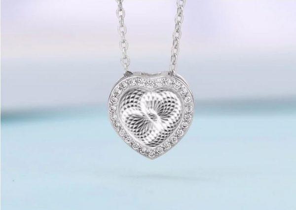 3D женско сребърно колие изработе чрез микро инкрустация снимано от близо във формата на сърце