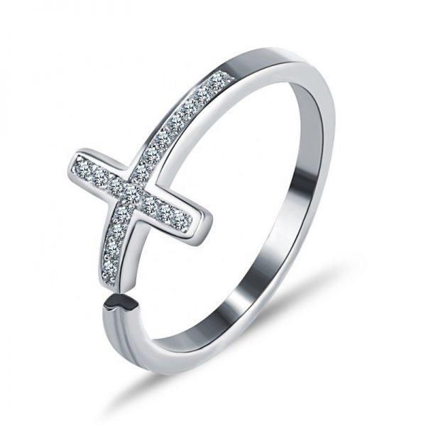 сребърен саморегулиращ пръстен във формата на кръст сниман на бял фон