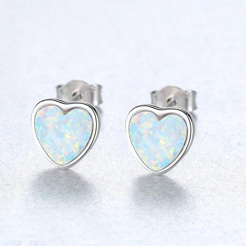 сребърни обеци на винт под формата на сърца със светъл синтетичен опал