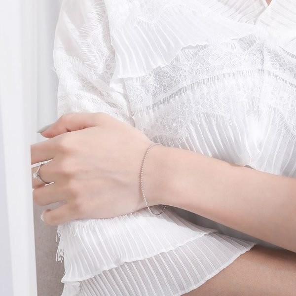 сребърна гривна минимализъм на женска ръка