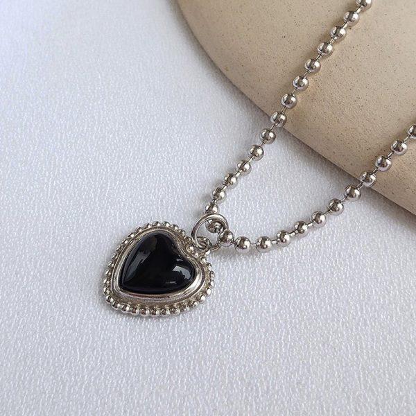 сребърно колие с черен оникс във формата на сърце настрани