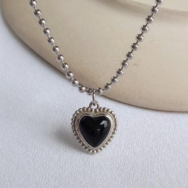 сребърно колие с черен оникс във формата на сърце централно
