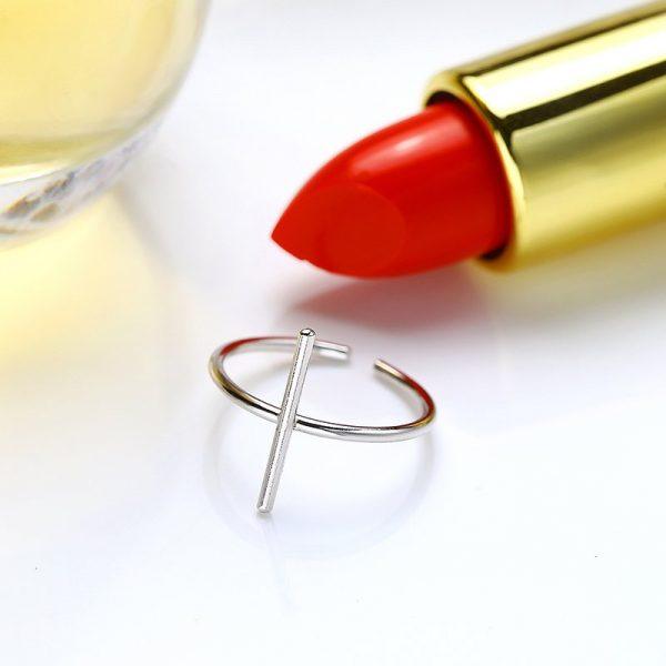 саморегулиращ сребърен пръстен във формата на кръст до червено златно червило