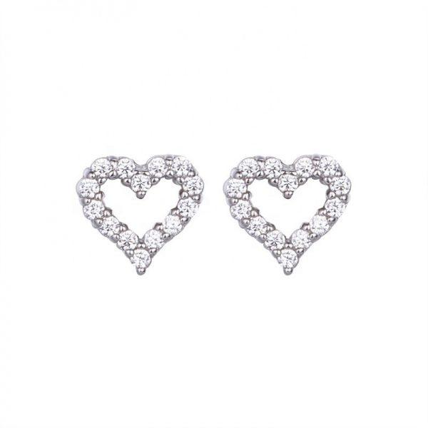 сребърни обеци във формата на сърце и камъни от кубичен цирконий снимани на бял фон