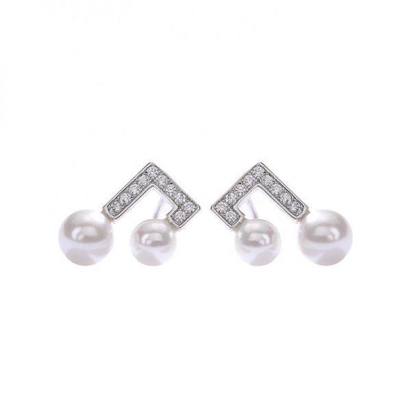 сребърни обеци с кубичен цирконий и две перли снимани на бял фон