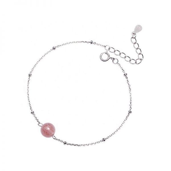 сребърна гривна с розов кристал на бял фон