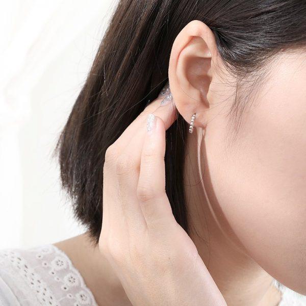 сребърни обеци проба 925 снимани на женско ухо