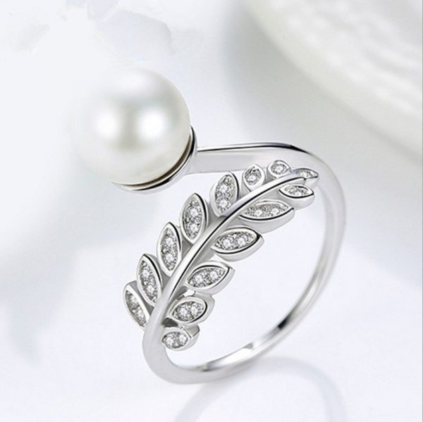 сребърен саморегулиращ пръстен във формата на листо с камъни от кубичен цирконий и перла