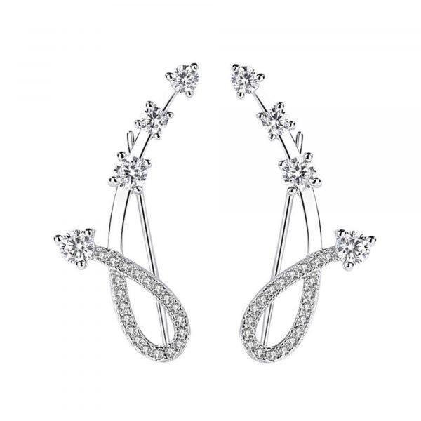 красиви сребърни обеци изкачващи се по ухото снимани на бял фон