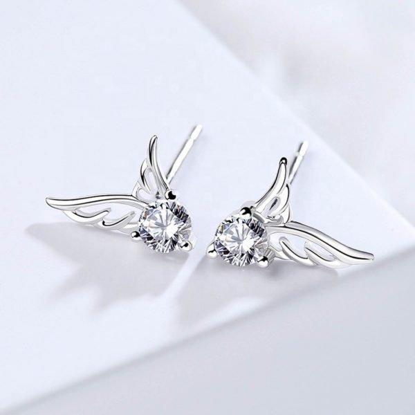 сребърни обеци с кубичен цирконий под формата на ангелски криле снимани централно