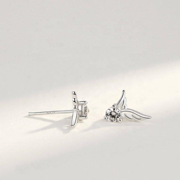 сребърни обеци с кубичен цирконий под формата на ангелски криле снимани под ъгъл