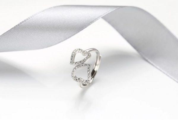 саморегулиращ сребърен пръстен с две сърца и кубичен цирконий
