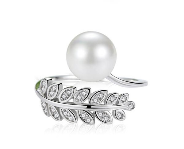 детайлен фронтален кадър на флорален сребърен пръстен с кубичен цирконий и перла на бял фон