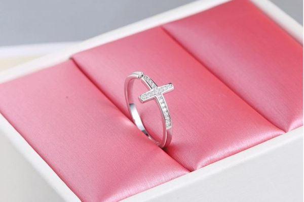 сребърен саморегулиращ пръстен във формата на кръст в розова кутия