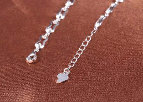 сребърна гривна с перли и кубичен цирконий снимана на края само закопчалката