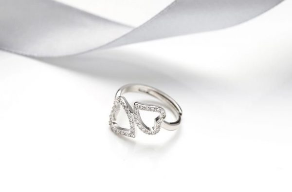 саморегулиращ сребърен пръстен с две сърца и кубичен цирконий легнал