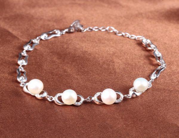 сребърна гривна с перли и кубичен цирконий снимана централно