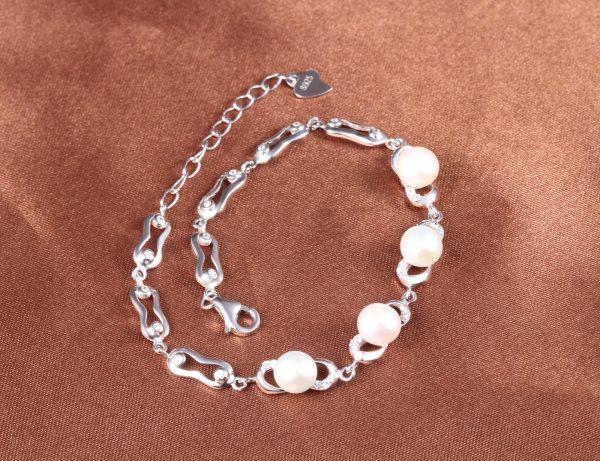 сребърна гривна с перли и кубичен цирконий снимана от високо