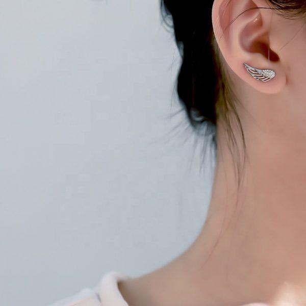 сребърни обеци във формата на криле на ляво женско ухо