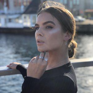 красиво момиче със сребърни обеци и пръстени сребро проба 925